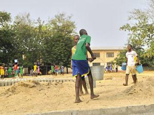 Studenten der Keta Senior High and Technical School in Ghana helfen beim Bau der Mehrsportanlage. Foto: Heloo Ketascho