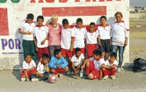 Eine Mannschaft im Rahmen des Projekts in Mexiko mit der Initiatorin Leopoldine Ganser. Foto: privat
